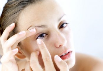 Đeo kính áp tròng dùng thuốc nhỏ mắt nào